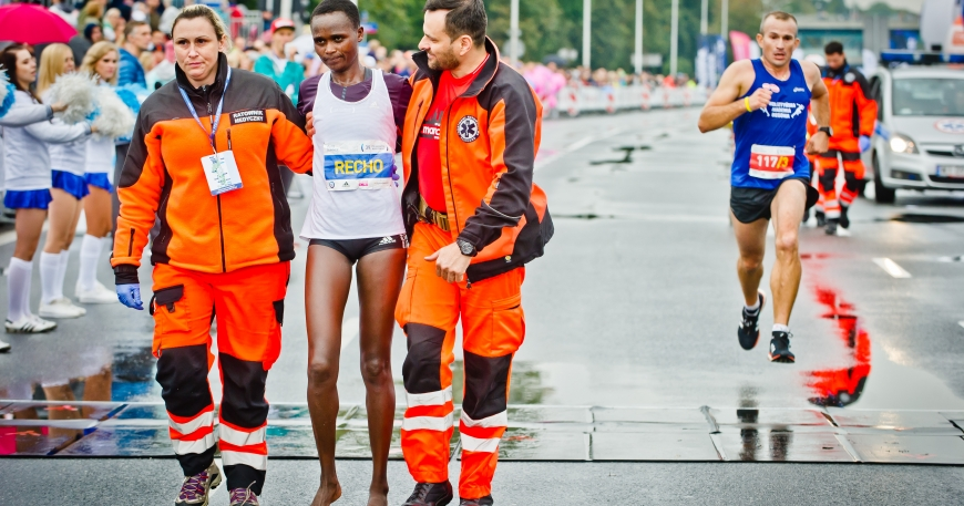 Kenyan Marathon Runner Collapses a Few Minutes to the Finish Line