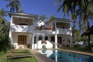 Stunning 4 Bedroom House & Pool Close to Mida Creek for Sale
